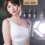 Nếu với trang phục đen làm Yeon Da Bin trông khỏe khoắn, trang phục trắng giúp cô cực kỳ gợi cảm và mềm mại
